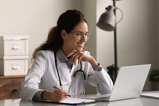 Femme médecin devant son orfinateur